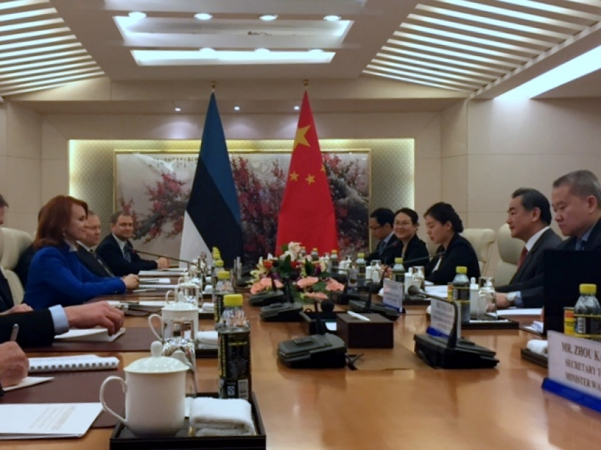 CLOSER TIES - Chinese Foreign Minister Wang Yi (R) negotiating with his Estonian counterpart Keit Pentus-Rosimannus during talks held in Beijing this January