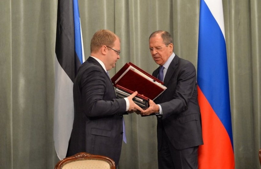 Russian Foreign Minister Sergey Lavrov and Estonian Foreign Minister Urmas Paet discuss the border agreement last year [Image: delfi.ee]