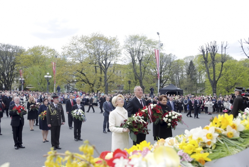 25 YEARS ON: Latvian President Andris Berzins and Latvian Prime Minister Laimdota Straujuma laid wreaths at the Freedom Monument in Riga on Monday as part of national celebrations to commemorate Latvia's declaration of Independence from the Soviet Union on May 4, 1990.