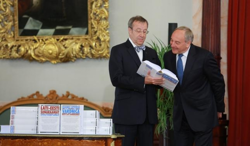 Estonian President Toomas Hendrik Ilves and Latvian President Andris Berzins consult the new dictionaries [Image: ir.lv]