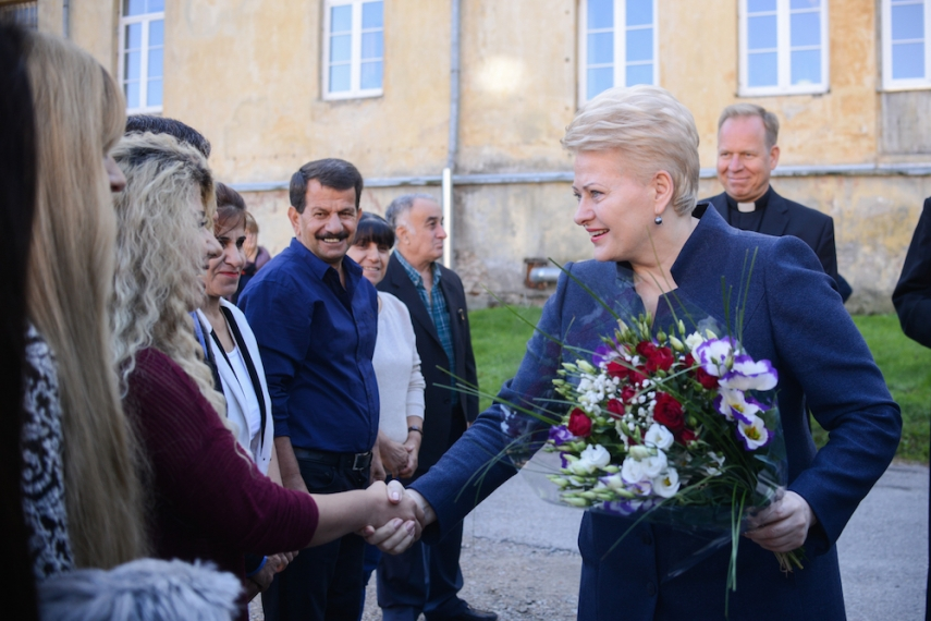 Dalia Grybauskaite meets with the Iraqi families [Image: LRP.lt]