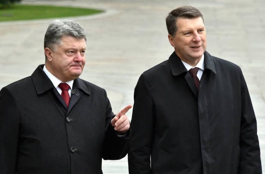 Poroshenko (left) with Vejonis (right) [Image: kasjauns.lv]