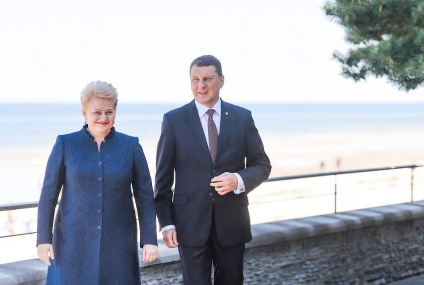 Dalia Grybauskaite (left) with Latvian President Rajmonds Vejonis (right) [Image: LRP.lt/Robert Dackus]