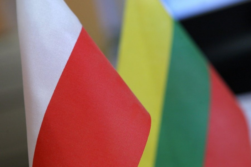 The flags of Poland (left) and Lithuania (right) [Image: DELFI.lt]