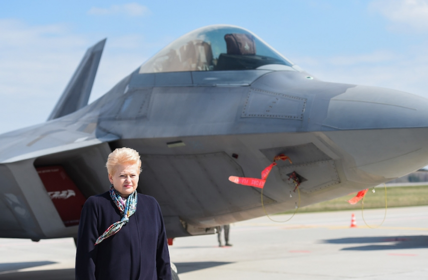 Grybauskaite with one of the USAF F-22s [Image: LRP.lt]