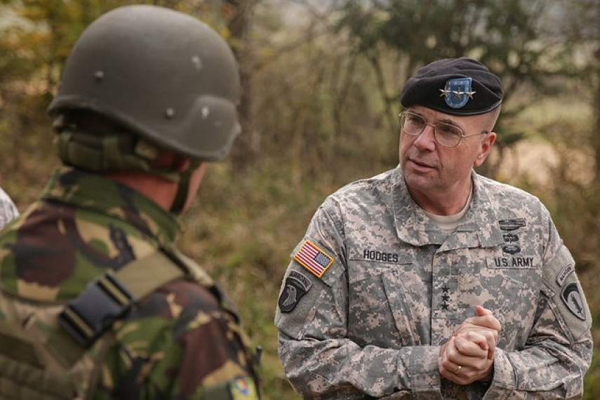 Lt. Gen Hodges greets troops during Combined Resolve III [U.S. Army]