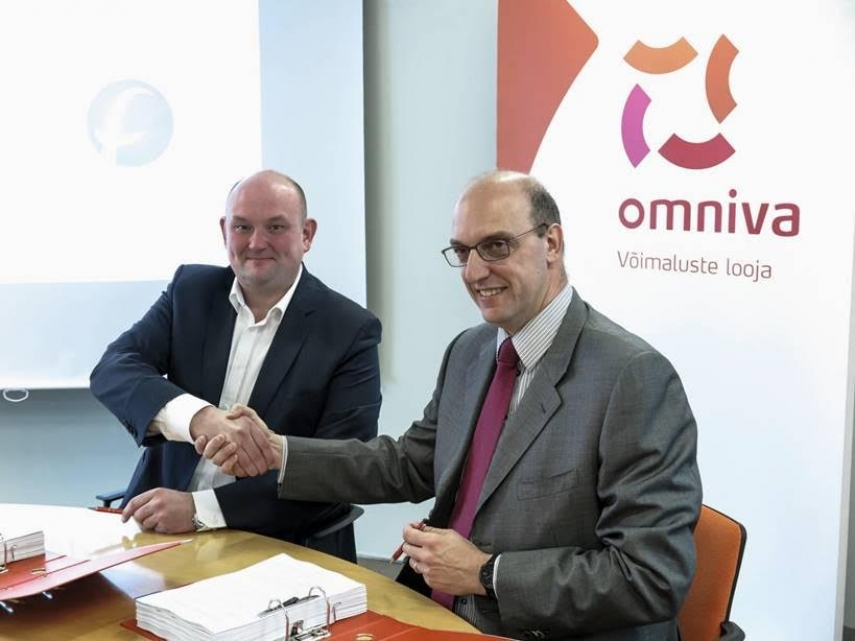 Ansi Arumeel, Member of the Management Board of Omniva and Lorenzo Moroni, CEO of Fives Intralogistics S.P.A signing the deal