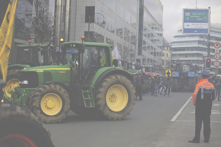 Baltic farmers occupy square in Brussels