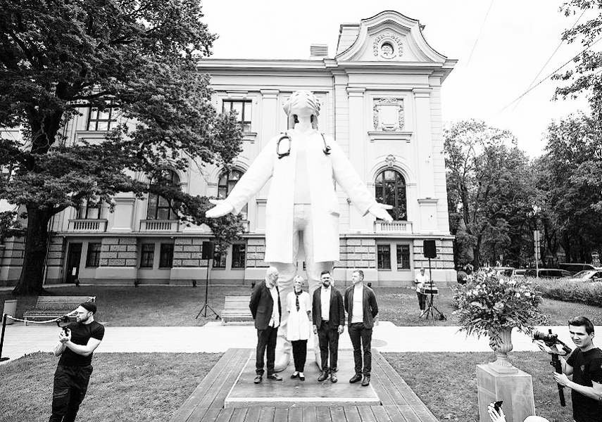 Latvian people first in the world to unveil a statue for doctors fighting Covid