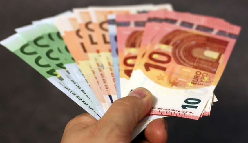 Estonian tax authority: Economic struggles increasing pressure to pay cash-in-hand wages